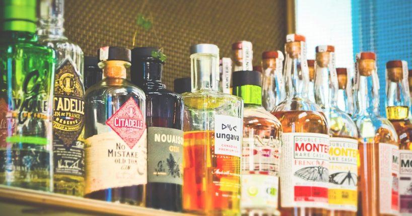 alkohol mladistvým